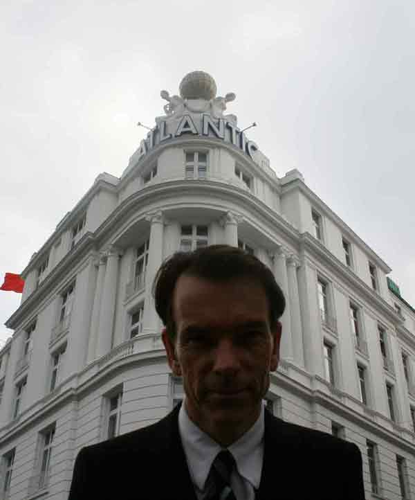 In the front of Hotel Atlantic Kempinski  Hamburg  James Bond,  behind scenes from 'Tomorrow Never Dies' were filmed