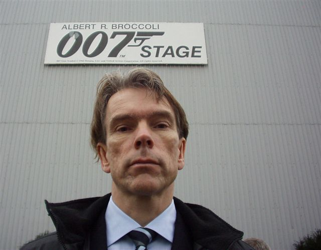 James Bond Gunnar Schäfer in front of  ALBERT R. BROCOLLI 007 STAGE  21/11-2004