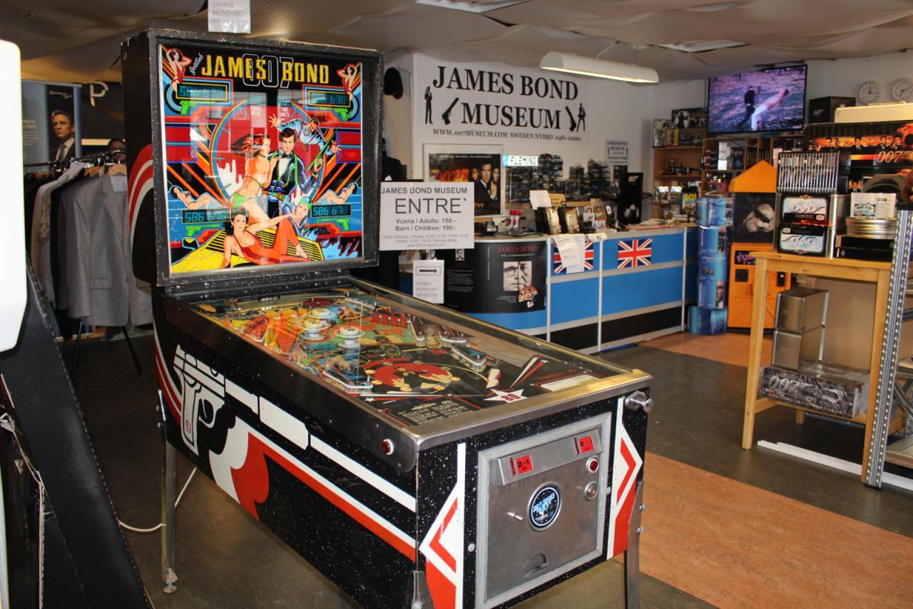 JAMES BOND PINBALL MACHINE GLASS 1980