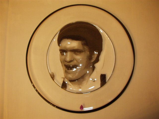Jaws plate in gral gift from 007 Museum in Sweden to Richard Kiel  21/11-2004